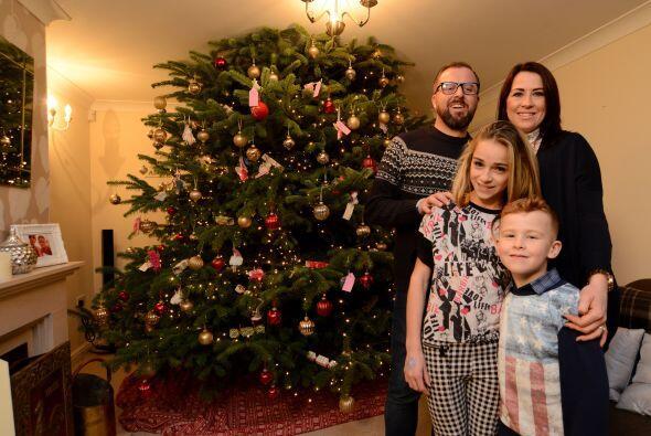 El gigante árbol navideño mide 25 pies y por las noches luce increíble c...