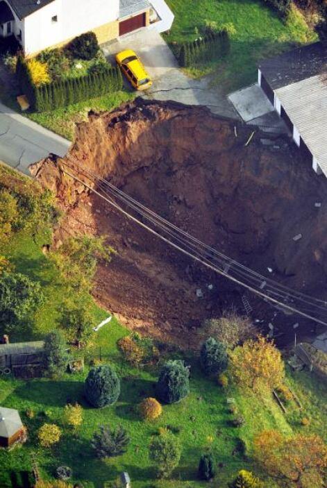 Las autoridades evacuaron a por lo menos 25 residentes, ninguno de ellos...