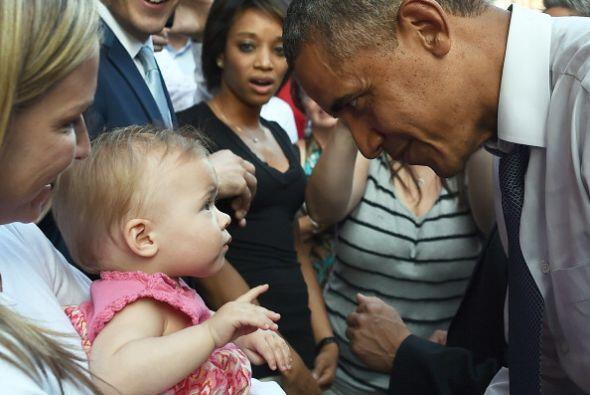 Y se aproximó a saludar y dar apretones de manos a varias docenas de tra...