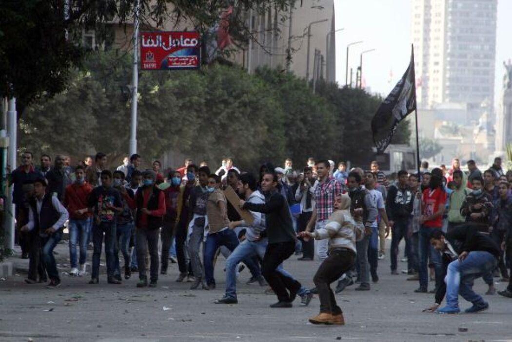 Esos disturbios se solaparon con los enfrentamientos entre manifestantes...