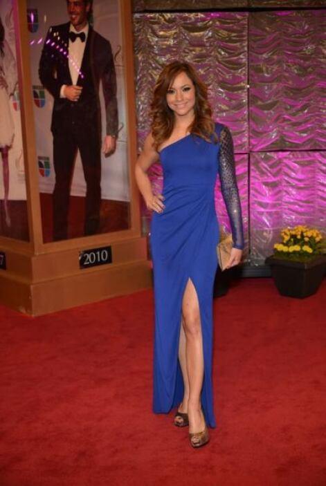 Satcha Pretto se inclinó por un vestido azul de un sólo hombro. Bellísima.