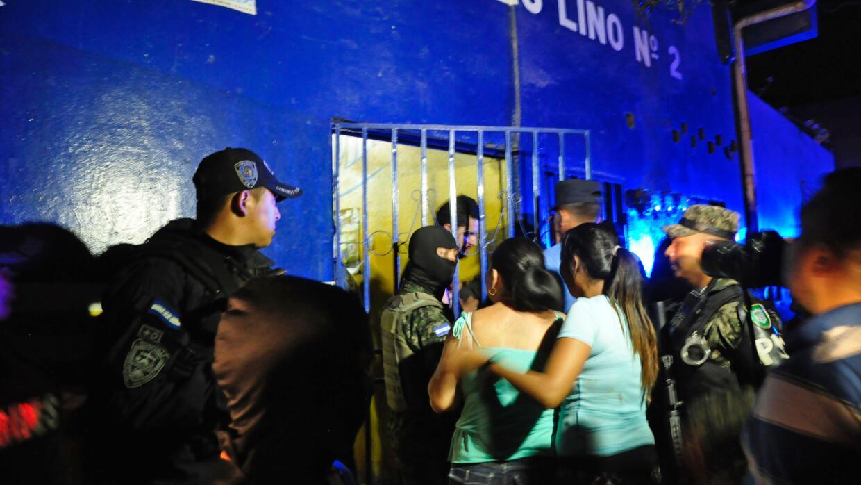 Familiares esperan noticias en el lugar del tiroteo