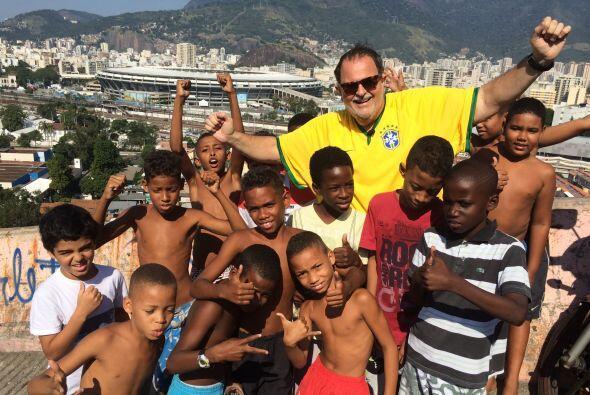 Aquí, Raúl se reunió con la gente de las favelas, q...
