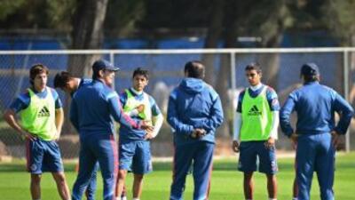 José Manuel de la Torre charla con sus jugadores.