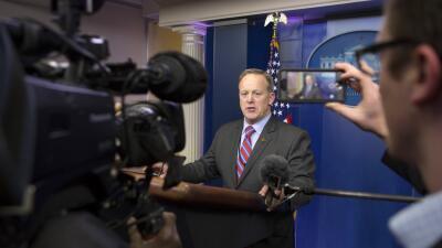 El secretario de prensa Sean Spicer es quien da la cara ante los reporte...