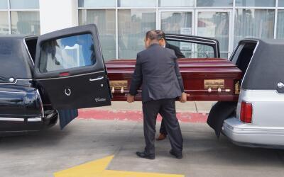 Indocumentado cruza en ataúd de México a Estados Unidos.