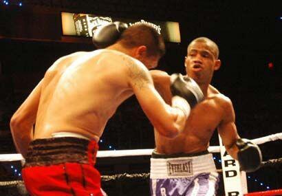 Desde el campanazo inicial ambos salieron a buscar la pelea. Víctor Cayo...