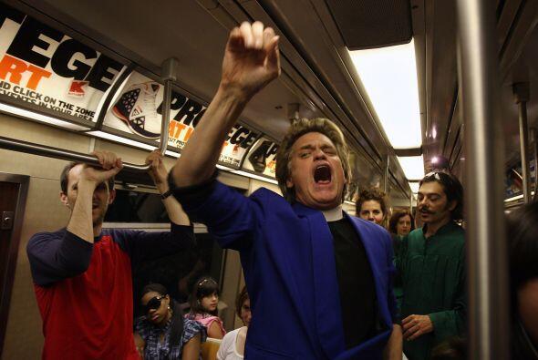 El Reverendo Billy predica contra el excesivo consumismo y las guerras....