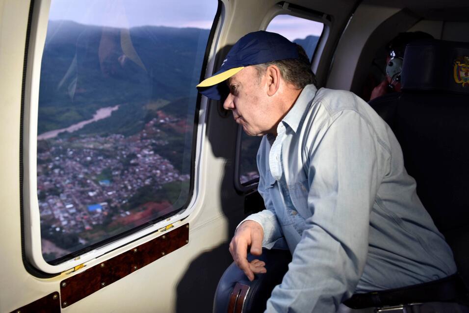 El presidente colombiano, Juan Manuel Santos, sobrevuela las zonas afect...