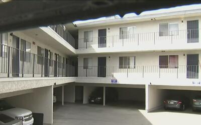 Inquilinos de un edificio de Los Ángeles temen por perder sus viviendas