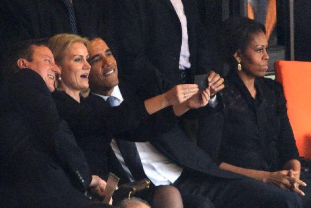 El trío sonríe divertido ante la cámara del teléfono, que sujeta Thornin...