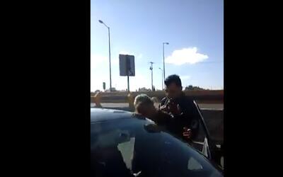 En video: un policía de México agrede a una mujer y la empuja a la carre...
