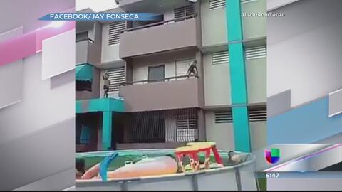 Indignación por niños lanzándose a piscinas desde un segundo piso
