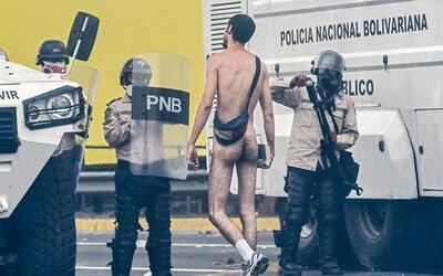 Un joven desnudo caminó hacia la Policía Nacional Bolivari...