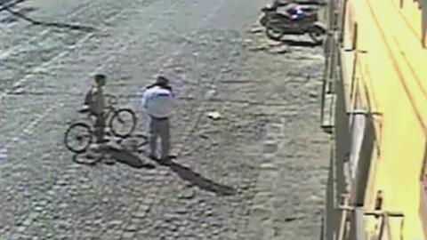 Video muestra a un hombre robando útiles escolares y una bicicleta