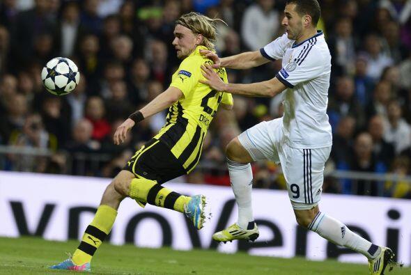 Pero el Borussia cumplió con esa tarea de romper la pelota y ponerla en...