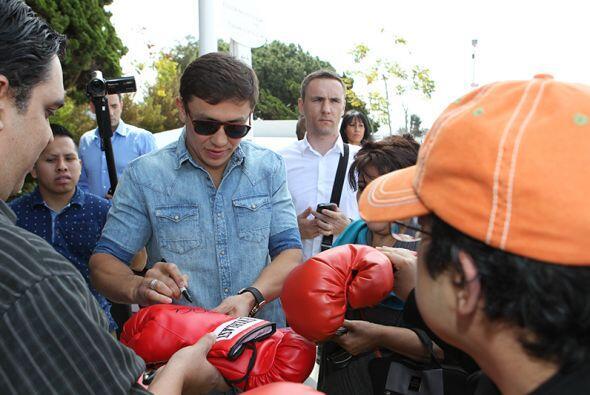 A su llegada, 'GGG' se dio tiempo de atender a los fans.