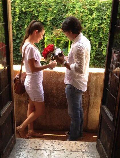 Con un emocionado sí,  acepta a la propuesta de matrimonio.