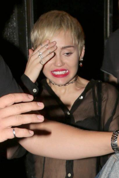 Esa cara de ¡Chin, me descubrieron! es típica de Cyrus cuan...