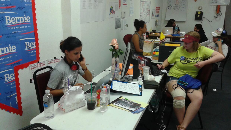 Voluntarios en la oficina de Sanders en la University of Nevada Las Vegas