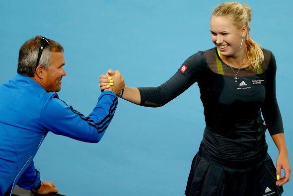 Caroline recibe la felicitación de su coach y padre, Piotr Wozniacki.