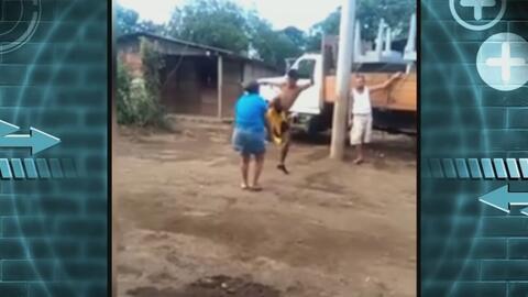 Con una brutal patada en el pecho, joven derriba a su vecina durante una...