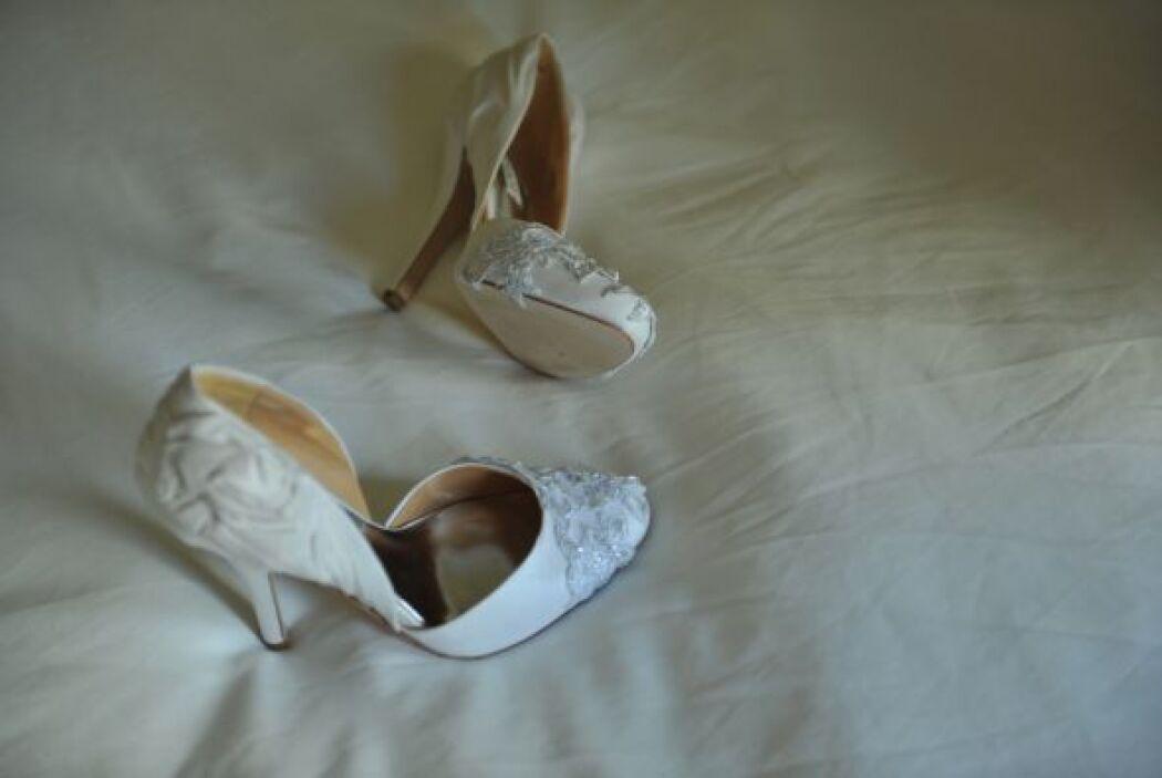 Los zapatos también tienen aplicaciones en cristales de swarovski, pues...