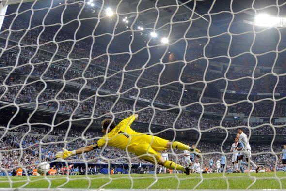 Ajax se dedicó a defender pero pudo haber descontado pero Casillas y la...