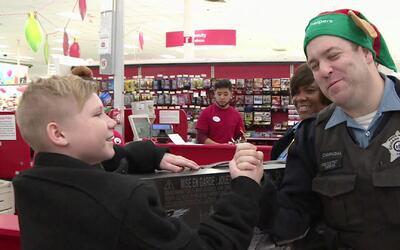Oficiales de policía salieron a comprarle regalos a los niños de Chicago