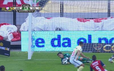 Oribe Peralta tuvo un cabezazo peligroso pero le salió a las manos del p...
