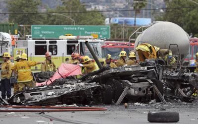 Bomberos investigan los estragos que dejó un accidente mortalsobr...