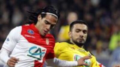 Soner Ertek al momento de la entrada que lesionó a Radamel Falcao.