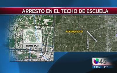Arrestan a sospechosos en el techo de una escuela