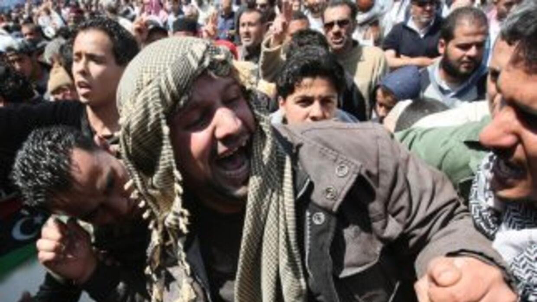 Rebeldes libios asisten al funeral de los combatientes muertos durante u...