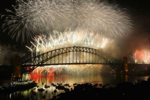 Fuegos artificiales iluminan el puente de la bahía de Sydney (Sydney Har...