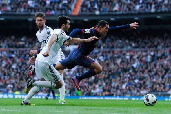 Ya en el descuento Adriano cayó aparentemente tocado por Sergio Ramos.