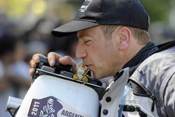 El italiano Daniele Carmignani del equipo Honda, besó su amuleto de la s...