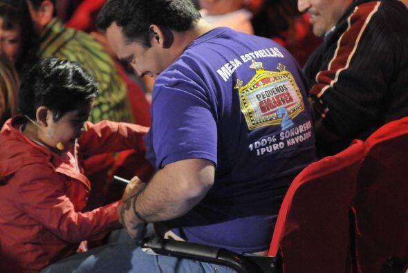 El pequeño también tuvo que rayarle la panza a uno de los espectadores,...