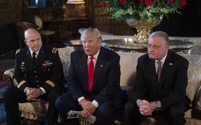 De izq. a der: H.R. McMaster, el presidente Donald Trump y el general re...