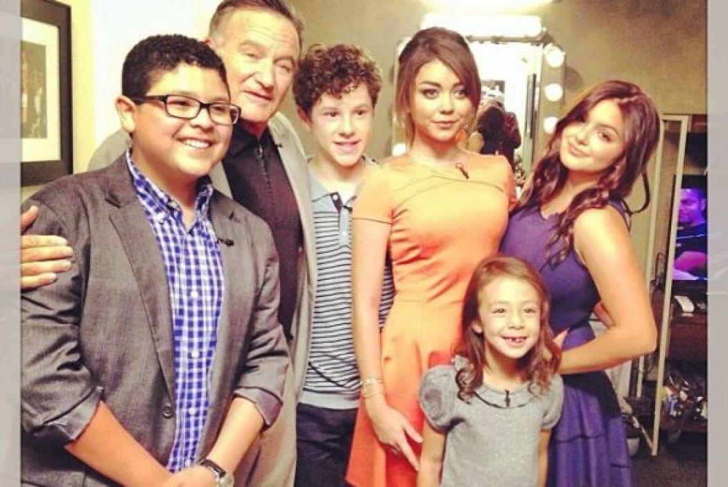 ¡Qué tal esta foto con el elenco juvenil de Modern Family! Sin duda para...