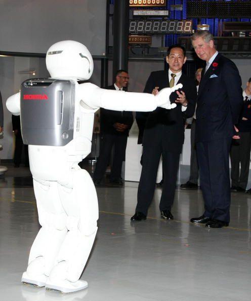 Los pasos de baile de ASIMO le sacaron varias sonrisas al heredero a la...