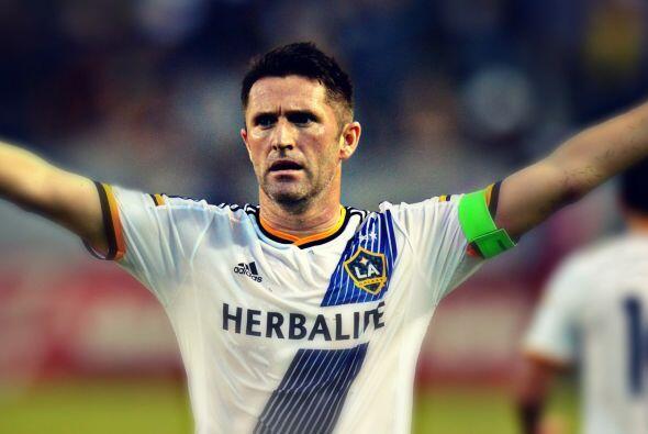 El delantero irlandés Robbie Keane celebra su gol en la victoria...