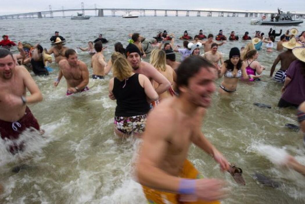 Como ritual de año nuevo, cientos de personas se echaron un chapuzón en...