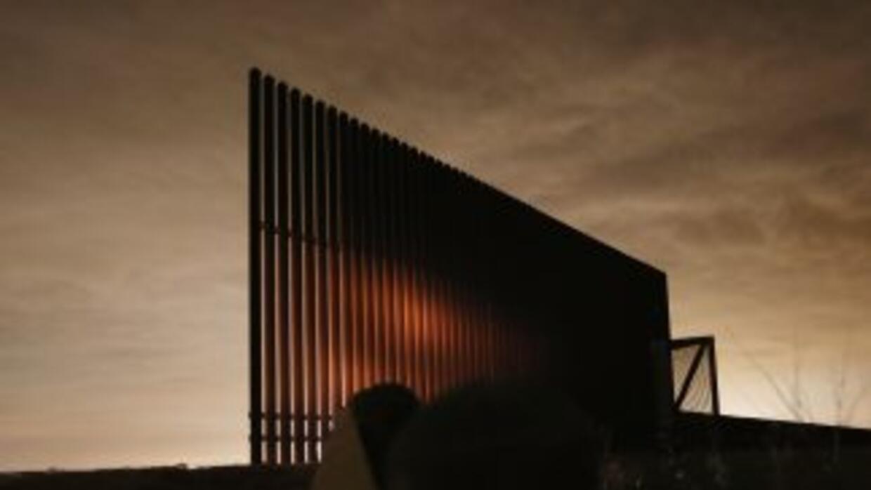 En los últimos años se han construido 350 millas de muros entre México y...