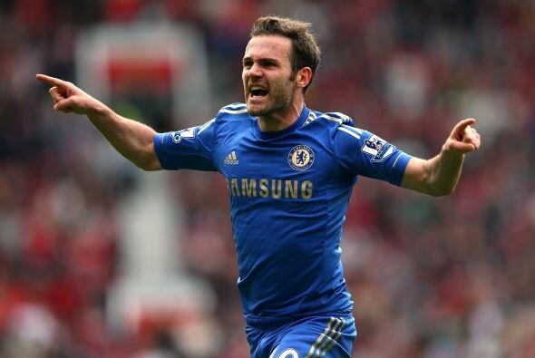 El español Juan Mata recibió la pelota y sacó un ti...