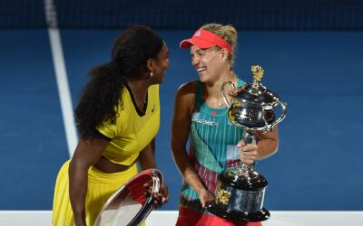 Angelique Kerber y Serena Williams con sus trofeos