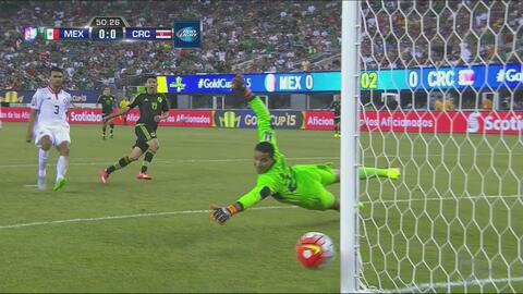El poste le roba el gol a Oribe Peralta