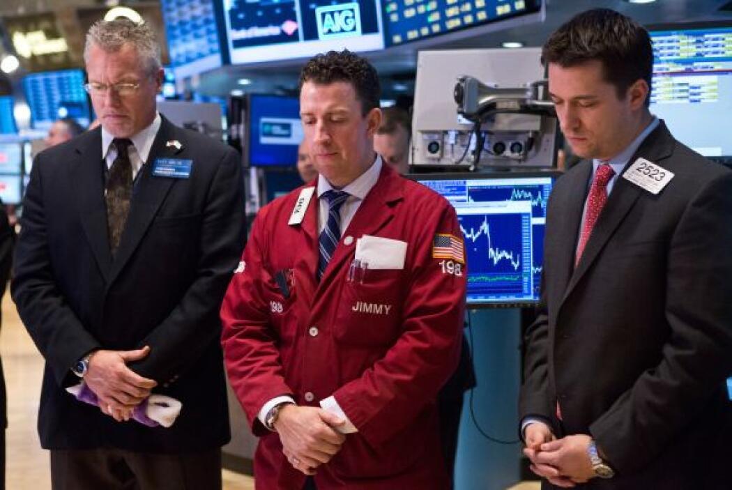 Empleados y corredores de Wall Street guardaron un minuto de silencio a...