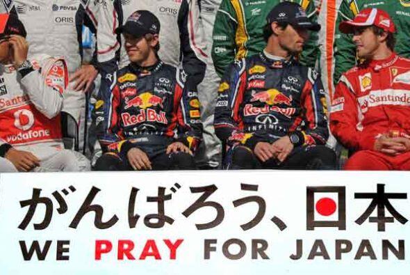 El grupo entero envió un saludo a las víctimas del terremo...
