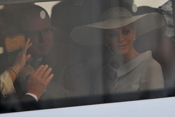 El Príncipe Alberto II de Mónaco acompañado de su e...